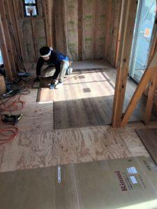 東京都足立区 H様邸新築工事:サッシ取付けとフローリング工事